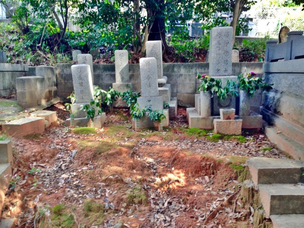 古墓の傾き